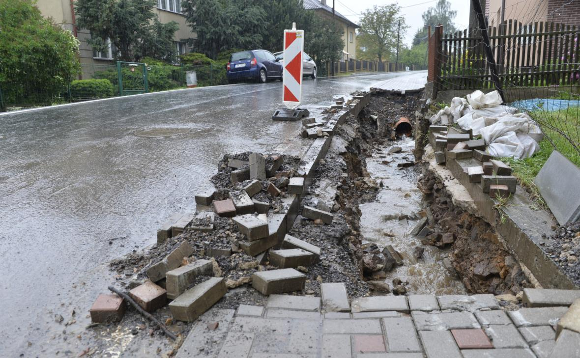 Přívalové deště poničily v Zaječově na Berounsku chodníky i kanalizaci. Na snímku vybagrovaný chodník připravený na výměnu potrubí