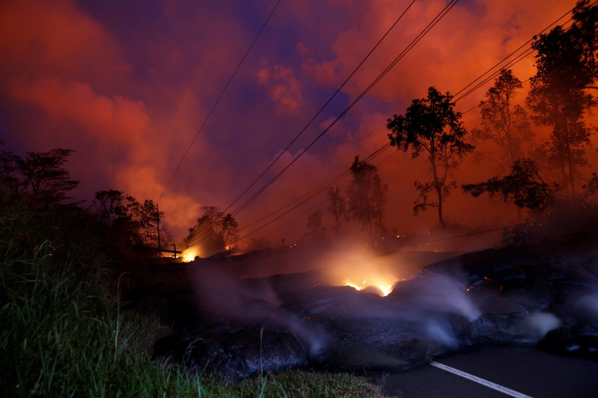 Láva blokuje na Havaji silnice