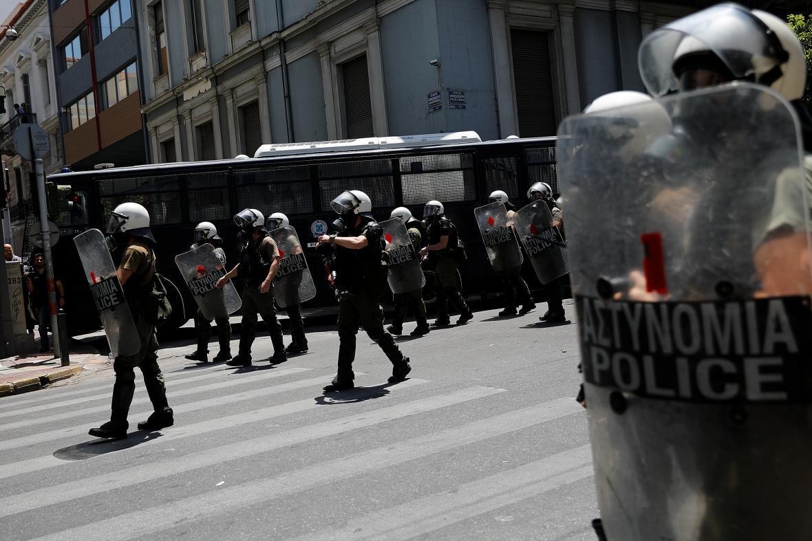 Řecká policie se chystá do akce.