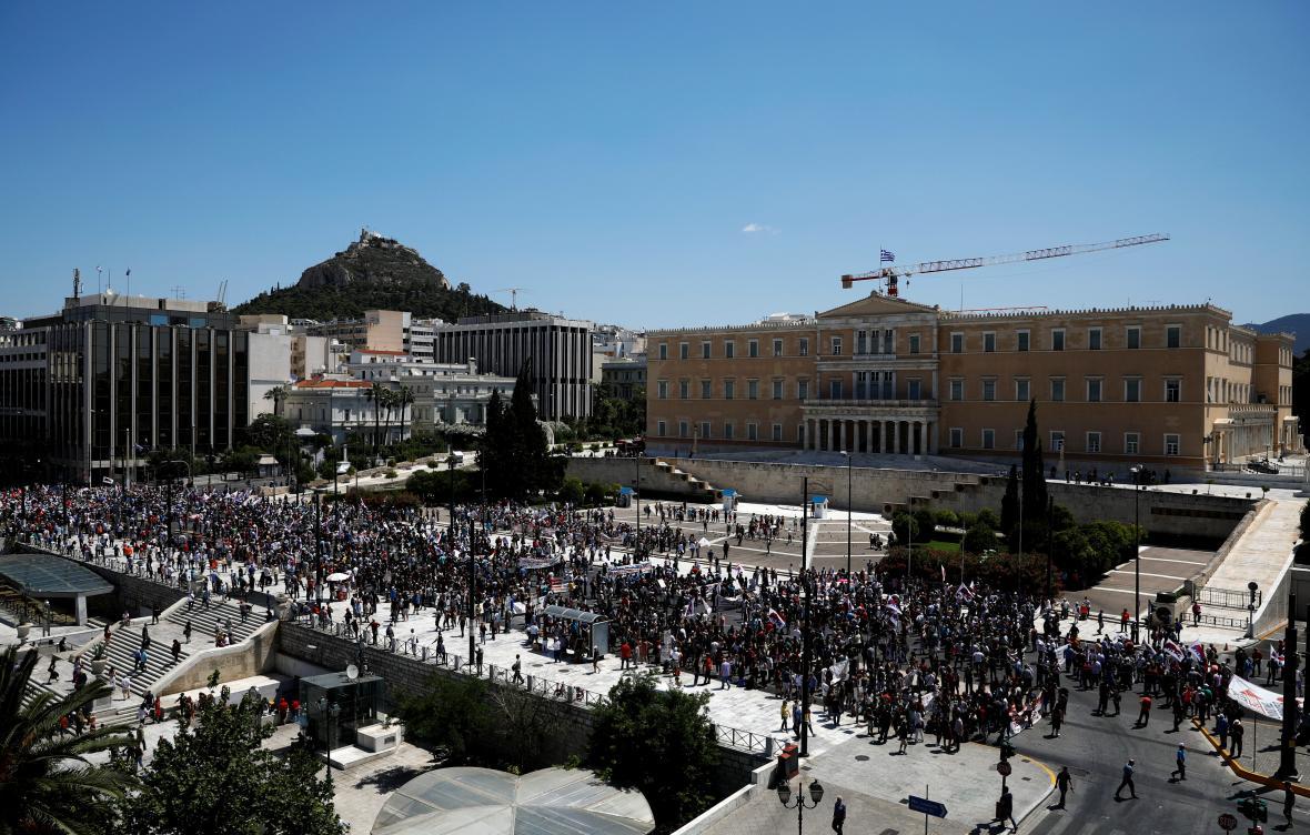 Pohled na demostranty na aténském náměstí.