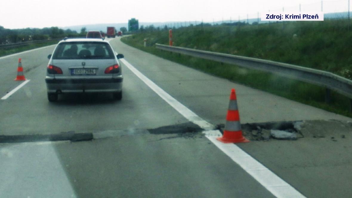 Na dálnici D5 u Plzně se zvedla vozovka