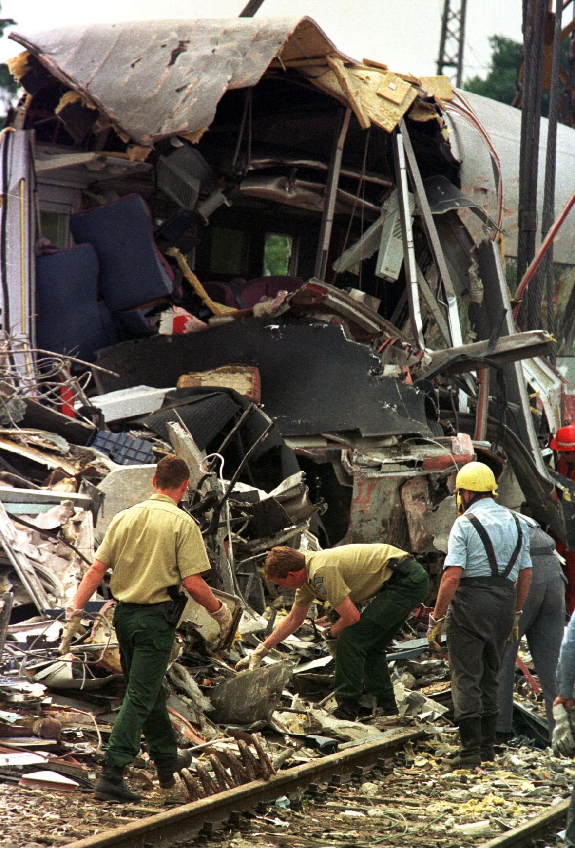 Ještě tři dny po nehodě hledali policisté a záchranáři v troskách vlaku možné oběti