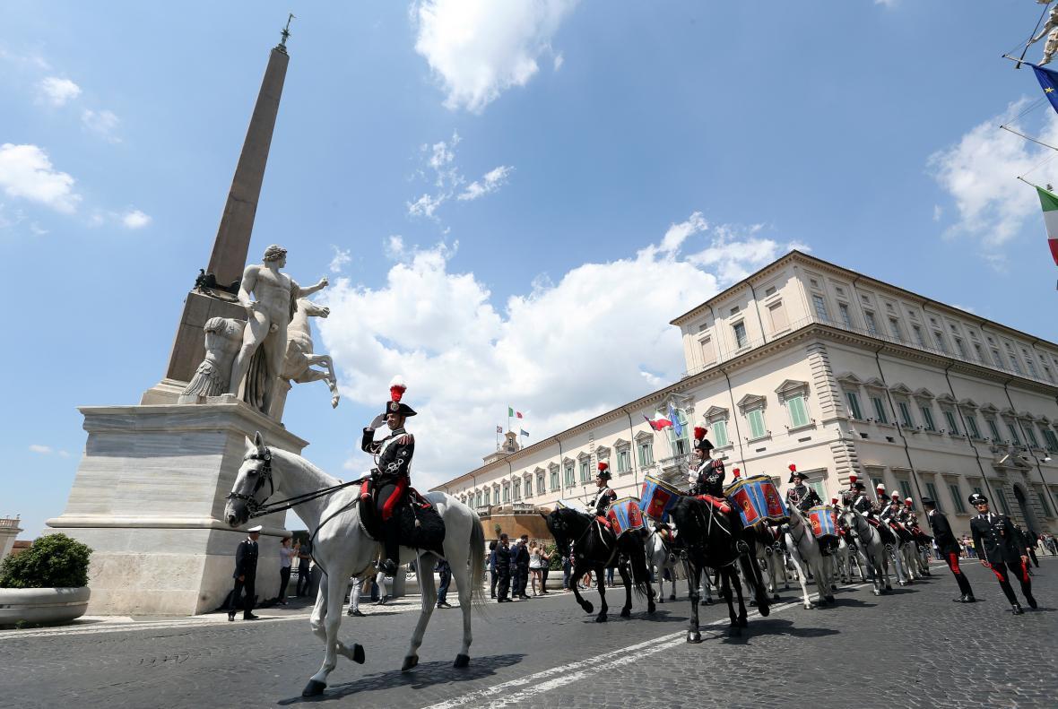 Italská prezidentská stráž na Quirinalu krátce před složením slibu nové vlády
