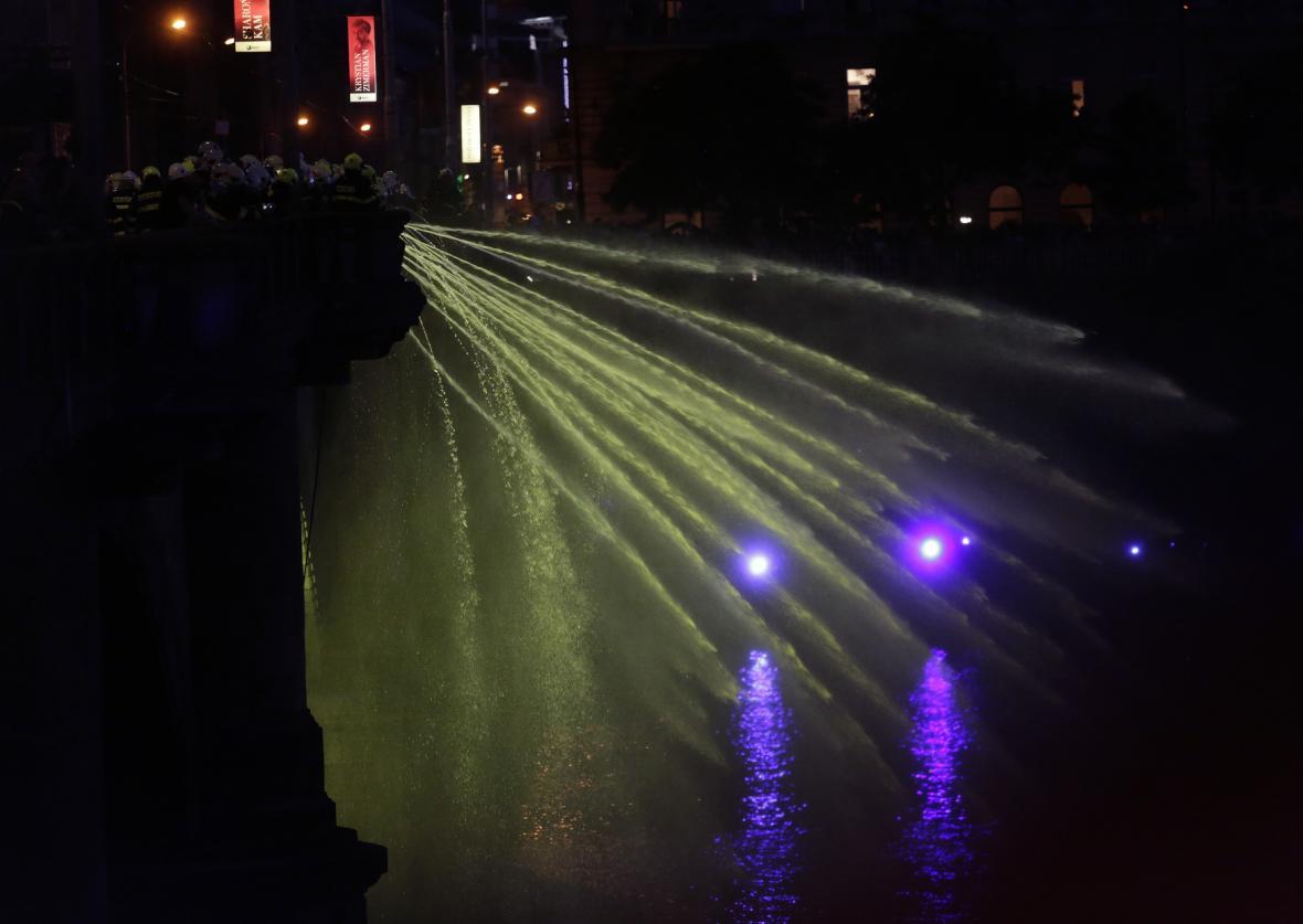 Dobrovolné jednotky hasičů za technické a logistické podpory profesionálních hasičů 2. června 2018 v Praze vytvořily za doprovodu světel a hudby hasičskou vodní fontánu. Konala se při příležitosti 100. výročí vzniku Československa.