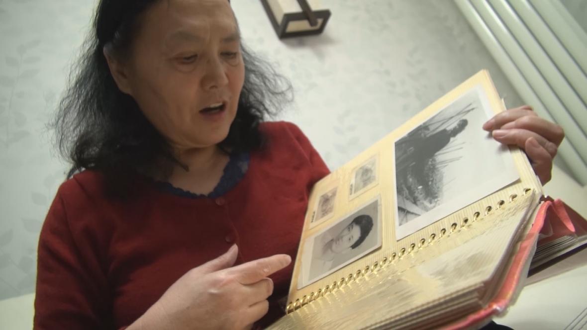 Jou Wej-ťie s fotografiemi manžela