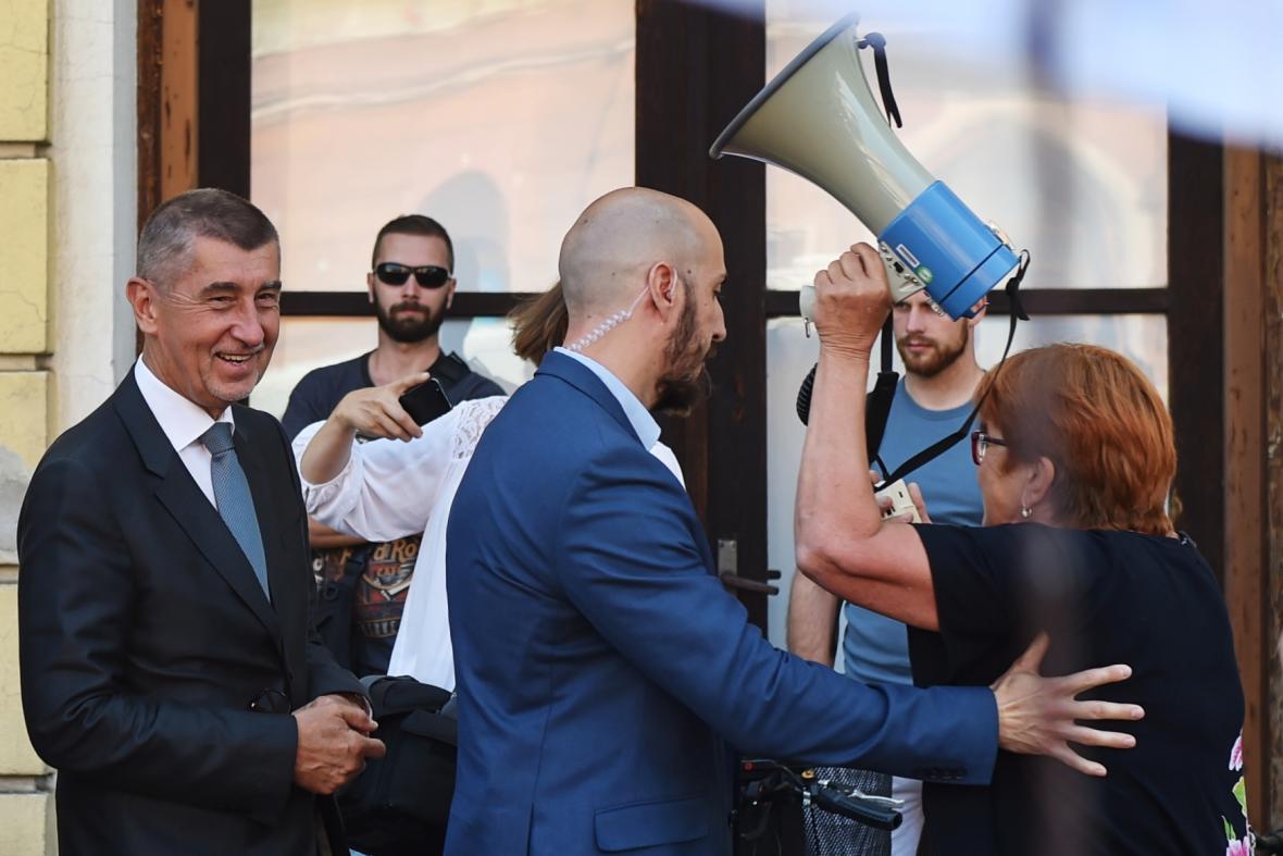 Andrej Babiš se při prohlídce českobudějovického nádraží potkal s demonstranty
