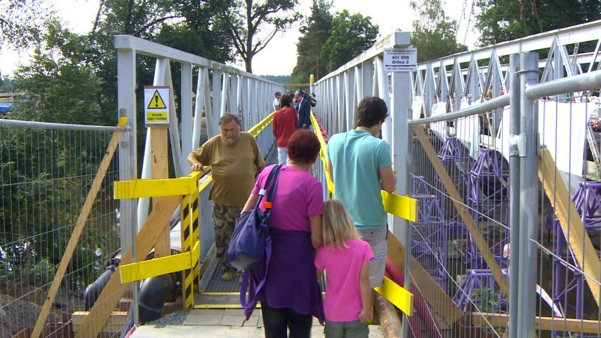 Lávka pro pěší je několik metrů od mostu a zůstane v provozu