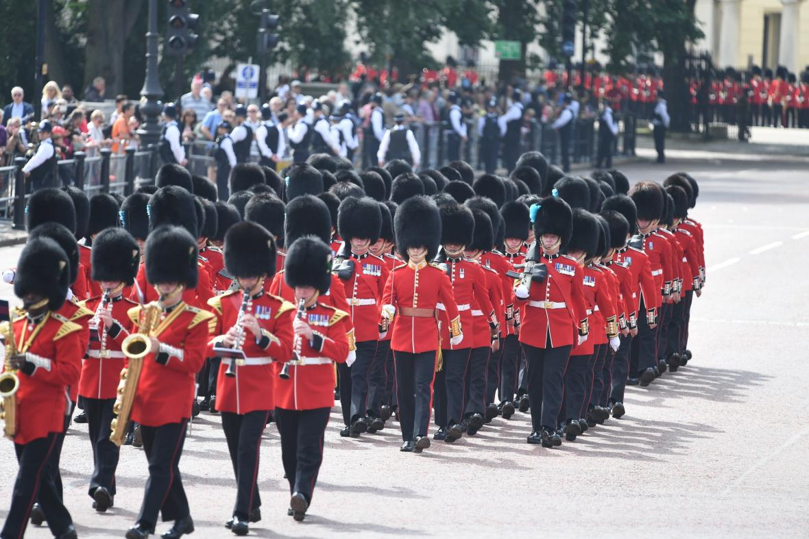 Vojenská přehlídka při příležitosti narozenin královny Alžběty II.