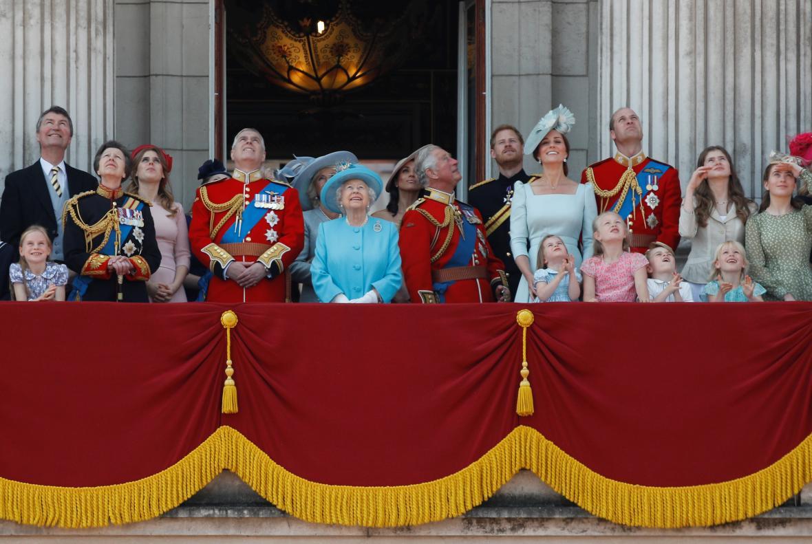 Královská rodina sleduje stíhačky tradičně z balkonu