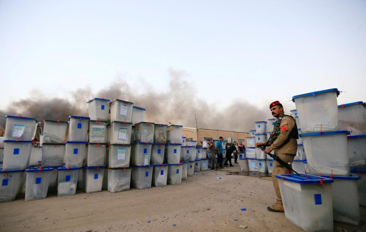 Požár iráckého skladu s volebními lístky