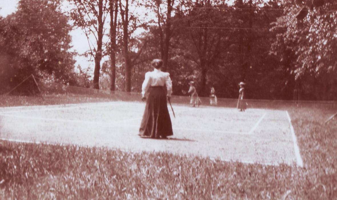 Sportování v zámecké zahradě před sto lety