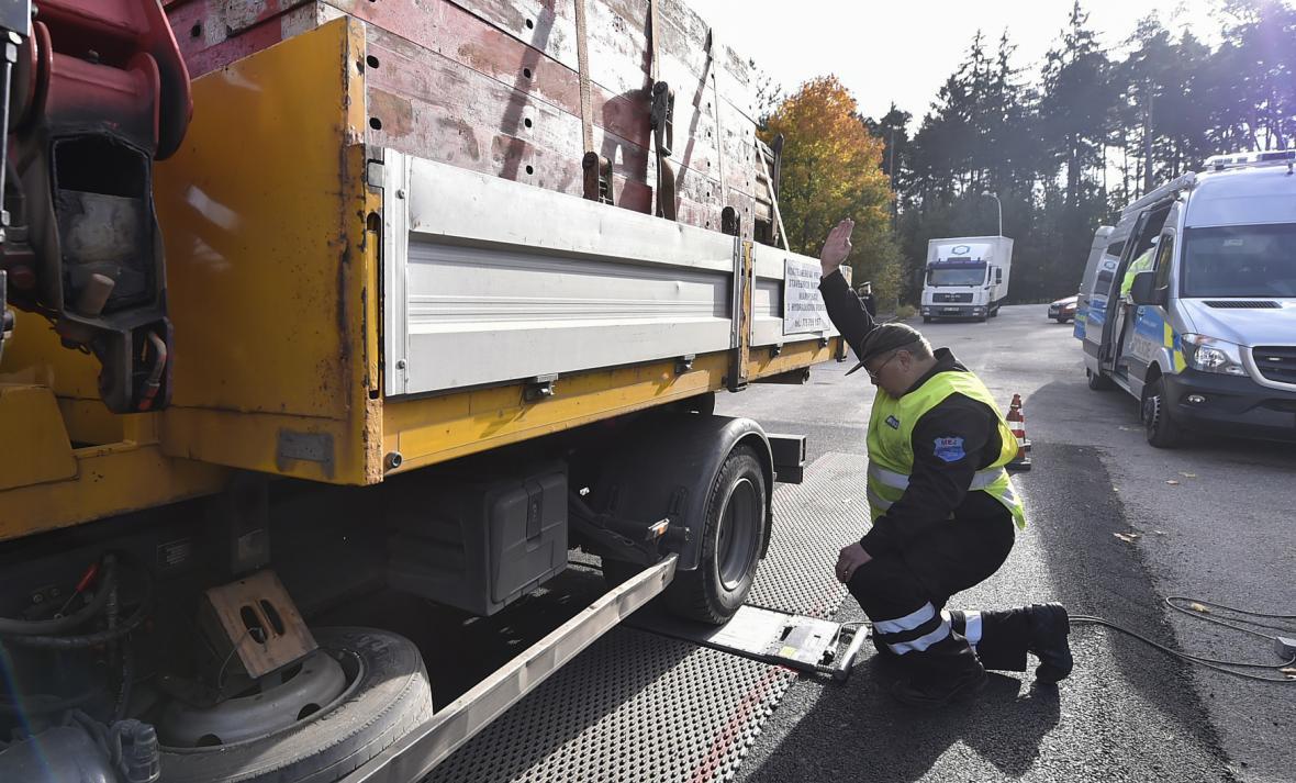 Vážení kamionů pomocí přenosných vah