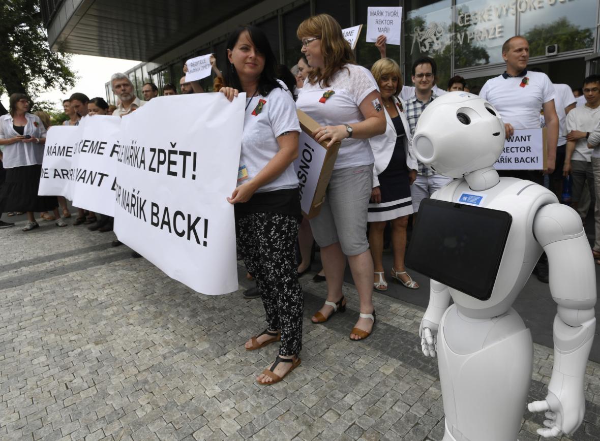 Zaměstnanci CIIRC protestovali 8. června proti odvolání ředitele Vladimíra Maříka