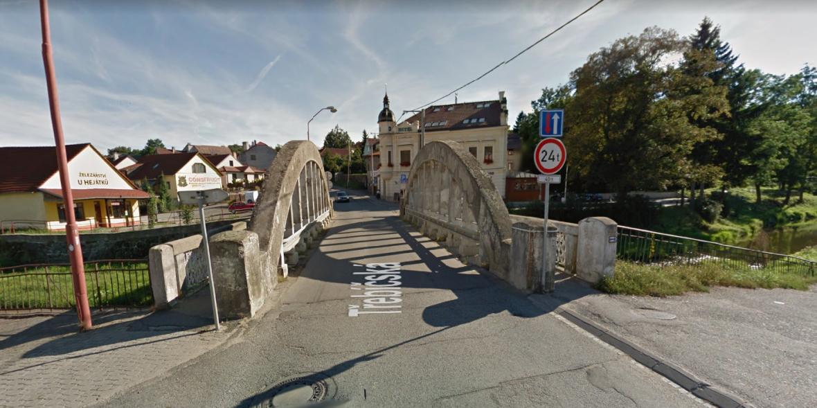 Most ve Velkém Meziříčí před pádem