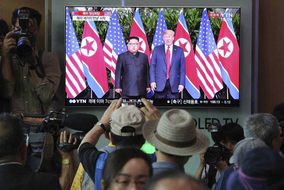 Média žijí historickou schůzkou Trumpa s Kimem