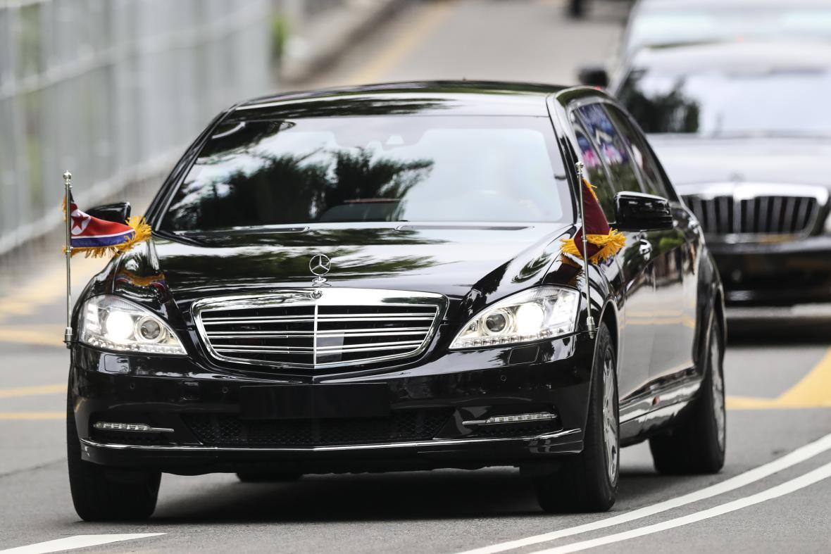 Příjezd Kim Čong-una k hotelu Capella