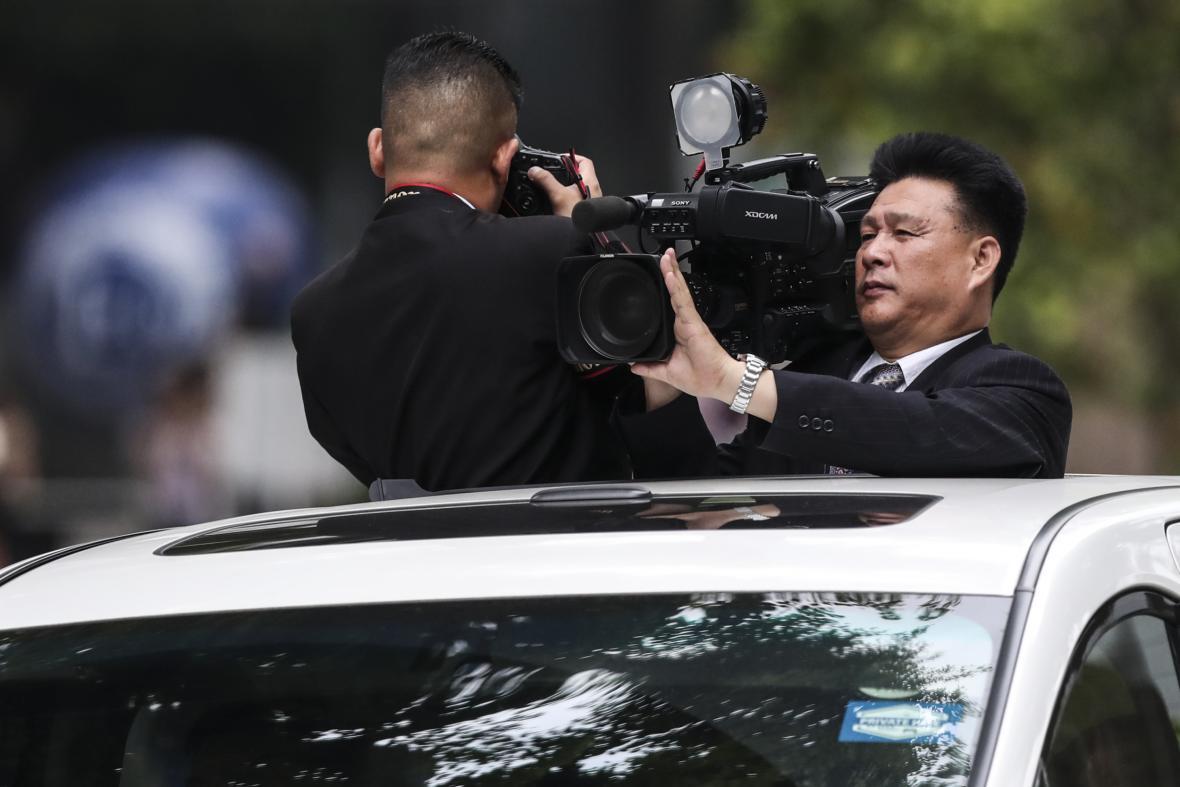 Summit Trumpa s Kimem sledují na místě tisíce novinářů