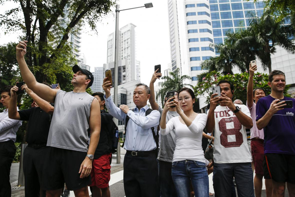 Nadšenci sledují dění v Singapuru