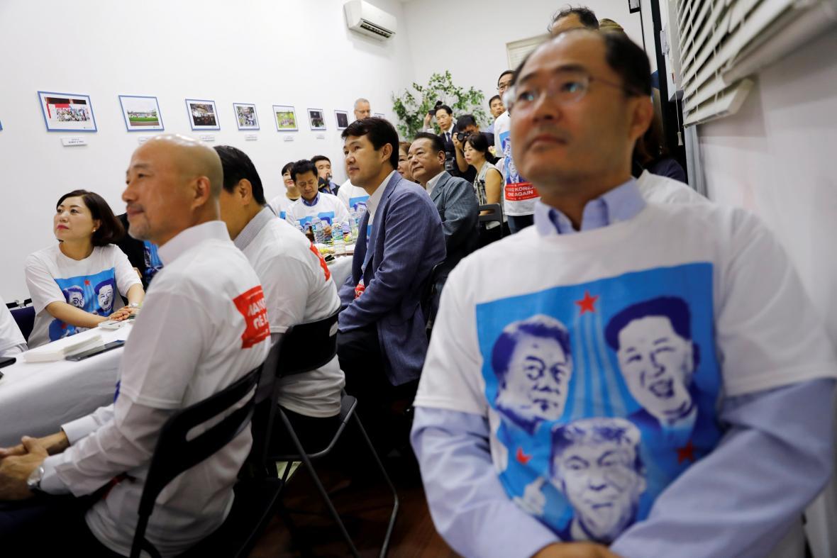 Korejci sledují historickou schůzku v Singapuru