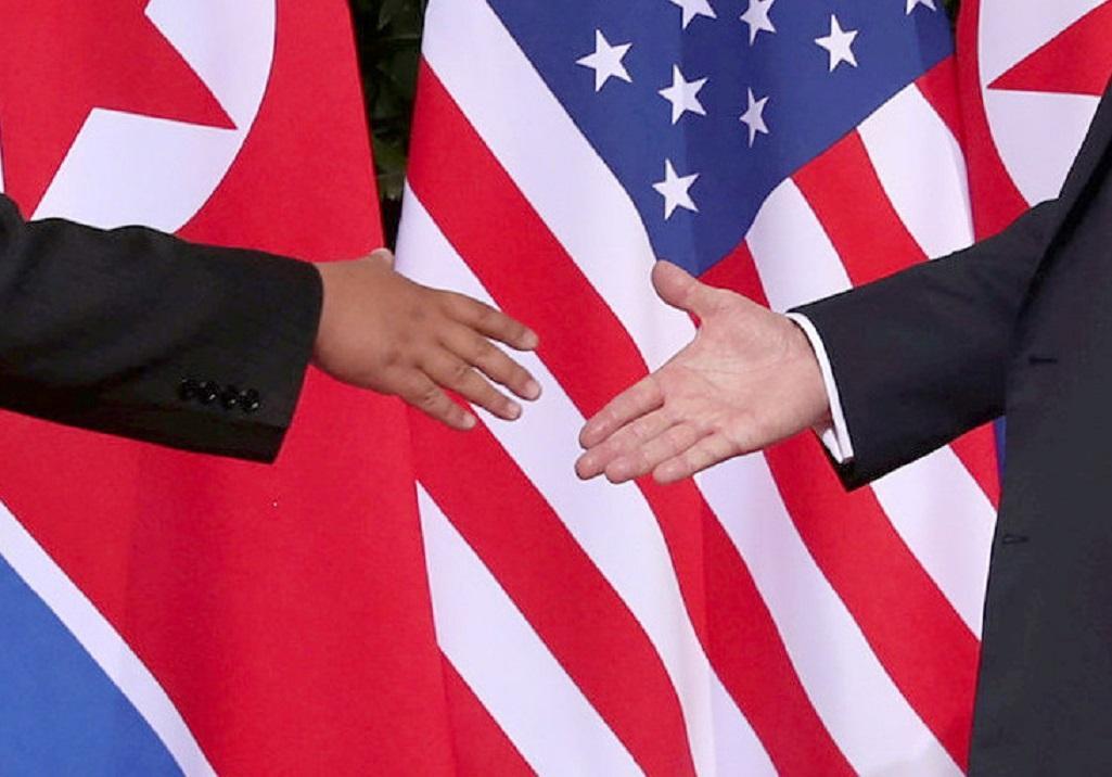 Historické podání ruky Trumpa s Kimem