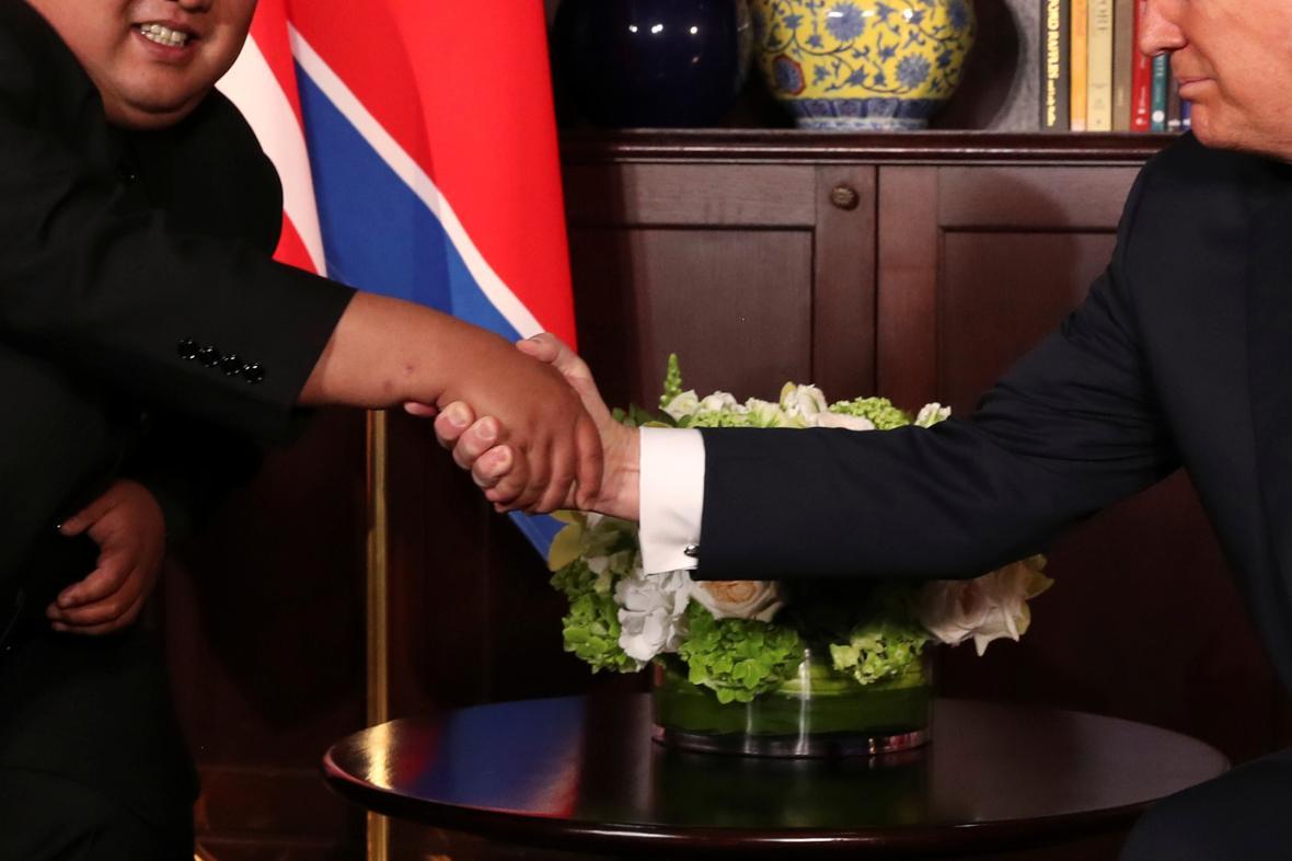 Kim Čong-un a Donald Trump si potřásli rukou