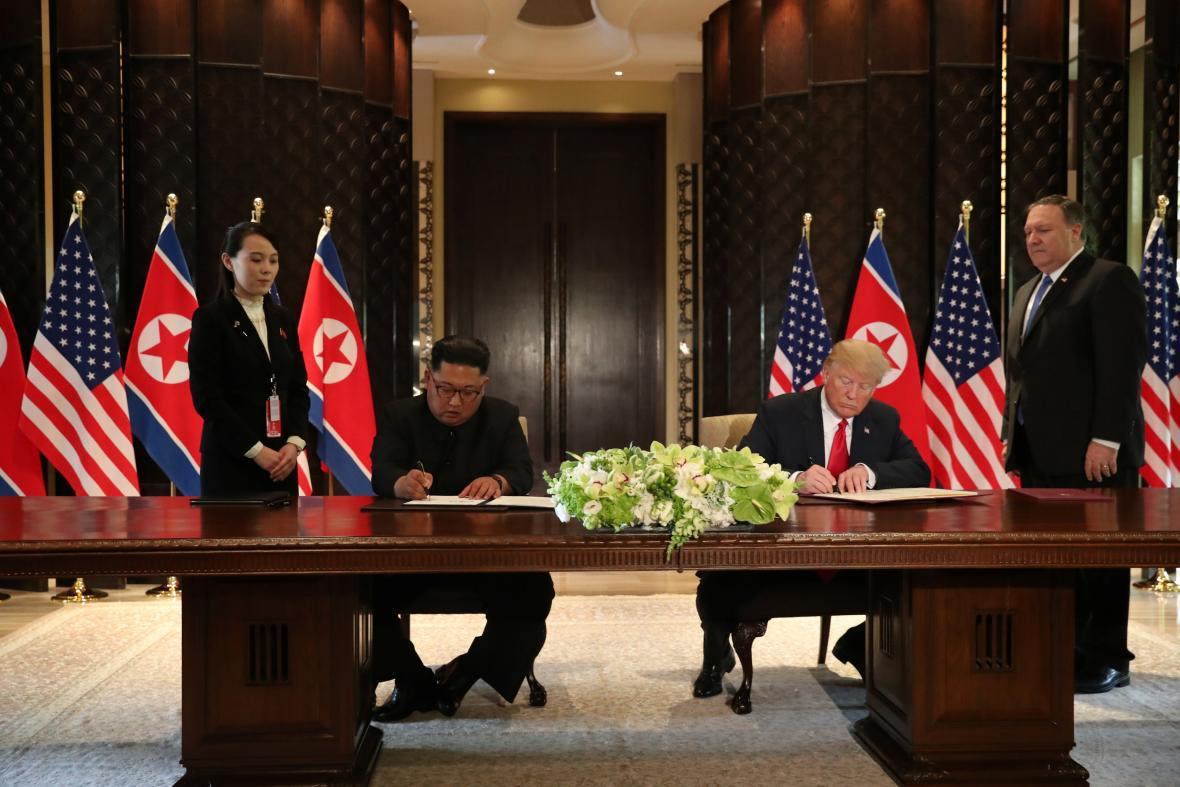 Prezidenti USA a KLDR Donald Trump a Kim Čong un podepisují klíčový dokument stvrzující pokrok ve vyjednávání