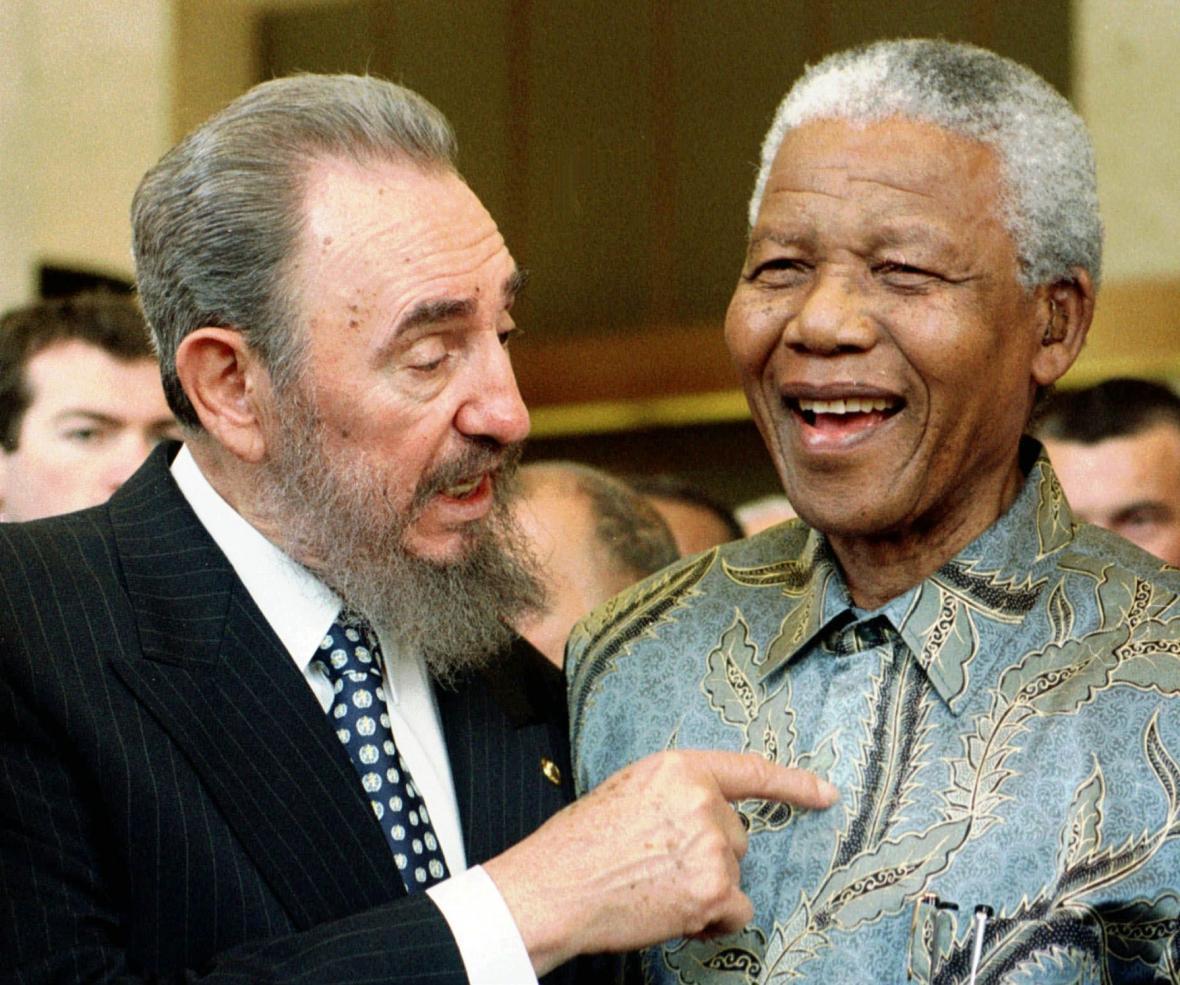 Fidel Castro a Nelson Mandela při setkání ve Švýcarsku v roce 1998