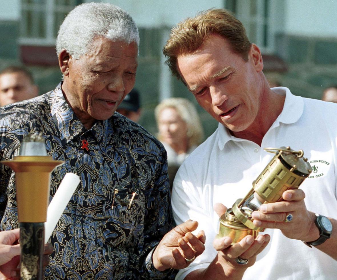 Nelson Mandela a Arnold Schwarzenegger na zahájení speciálních olympijských her pro handicapované v roce 2001