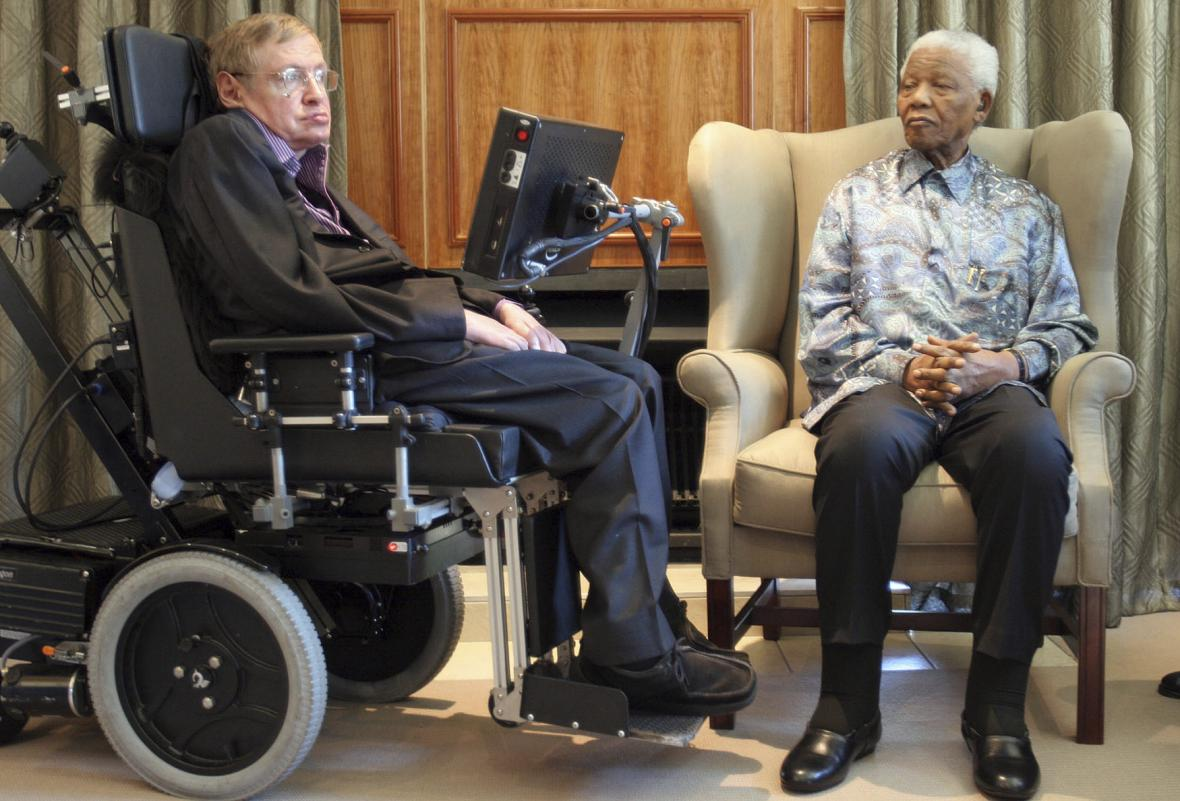 Stephen Hawking a Nelson Mandela na společném snímku z roku 2008 z Johannesburgu