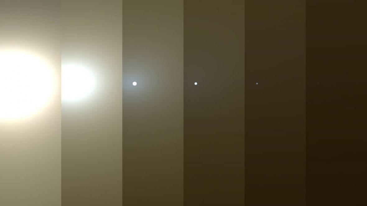 Série fotografií ukazuje, jak písek v bouři zhoršoval výhled sondy Curiosity