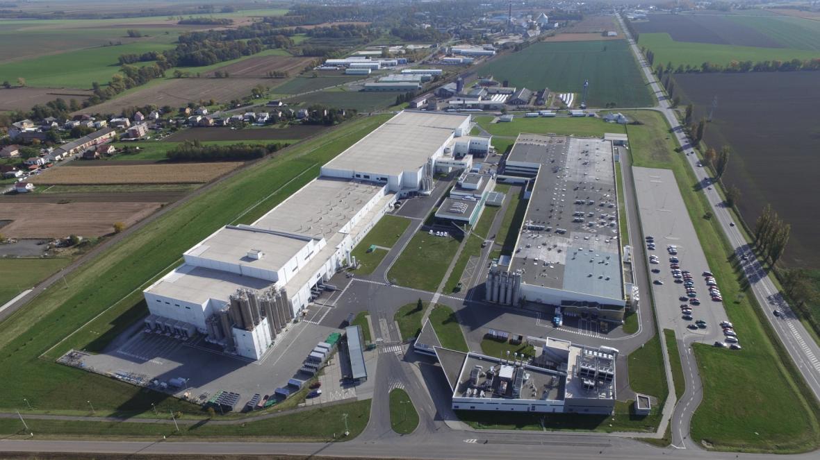 Nová výrobní hala (vlevo)