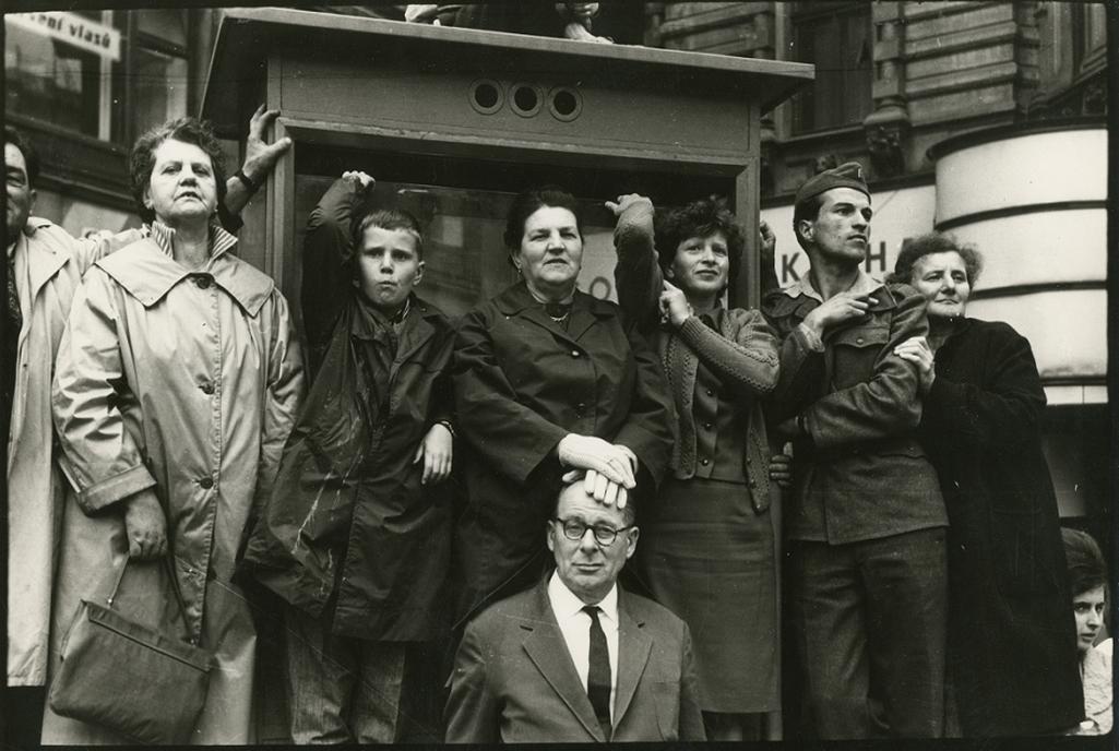 Diváci přihlížející spartakiádnímu průvodu, Praha, 1965