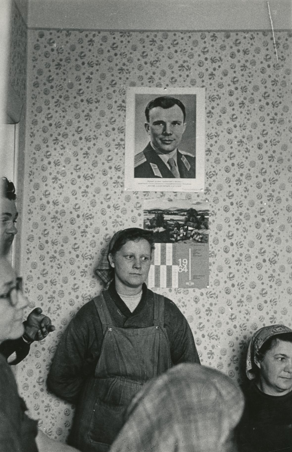 Jurij Gagarin v šatně žen, 1964