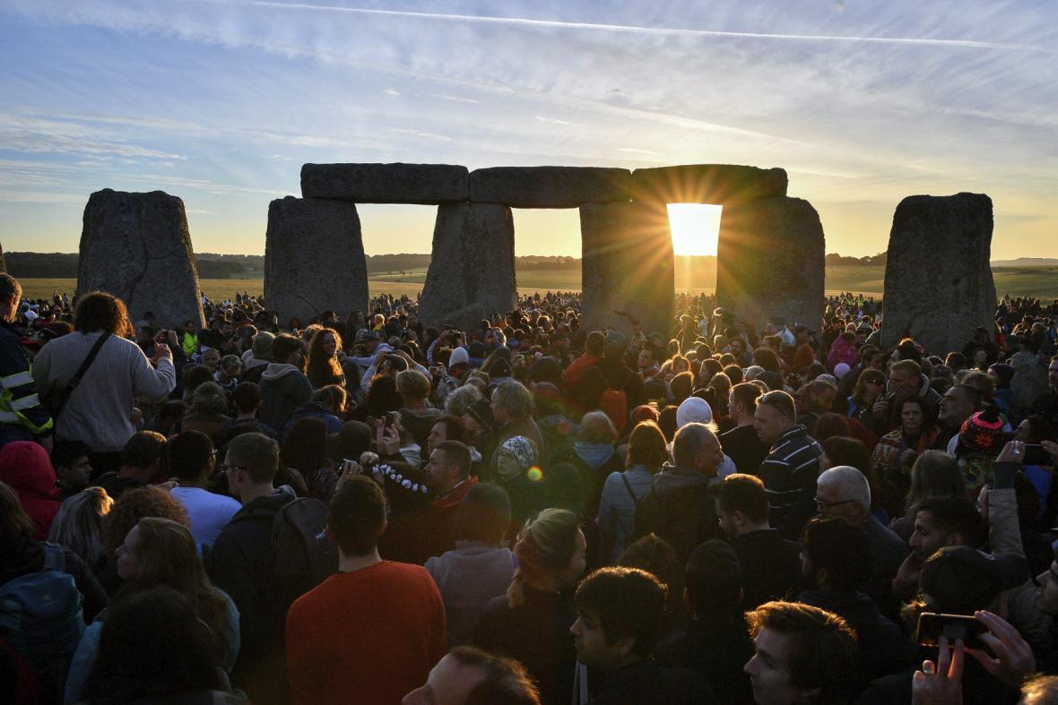 Rozbřesk sledovaly u Stonehenge tisíce lidí