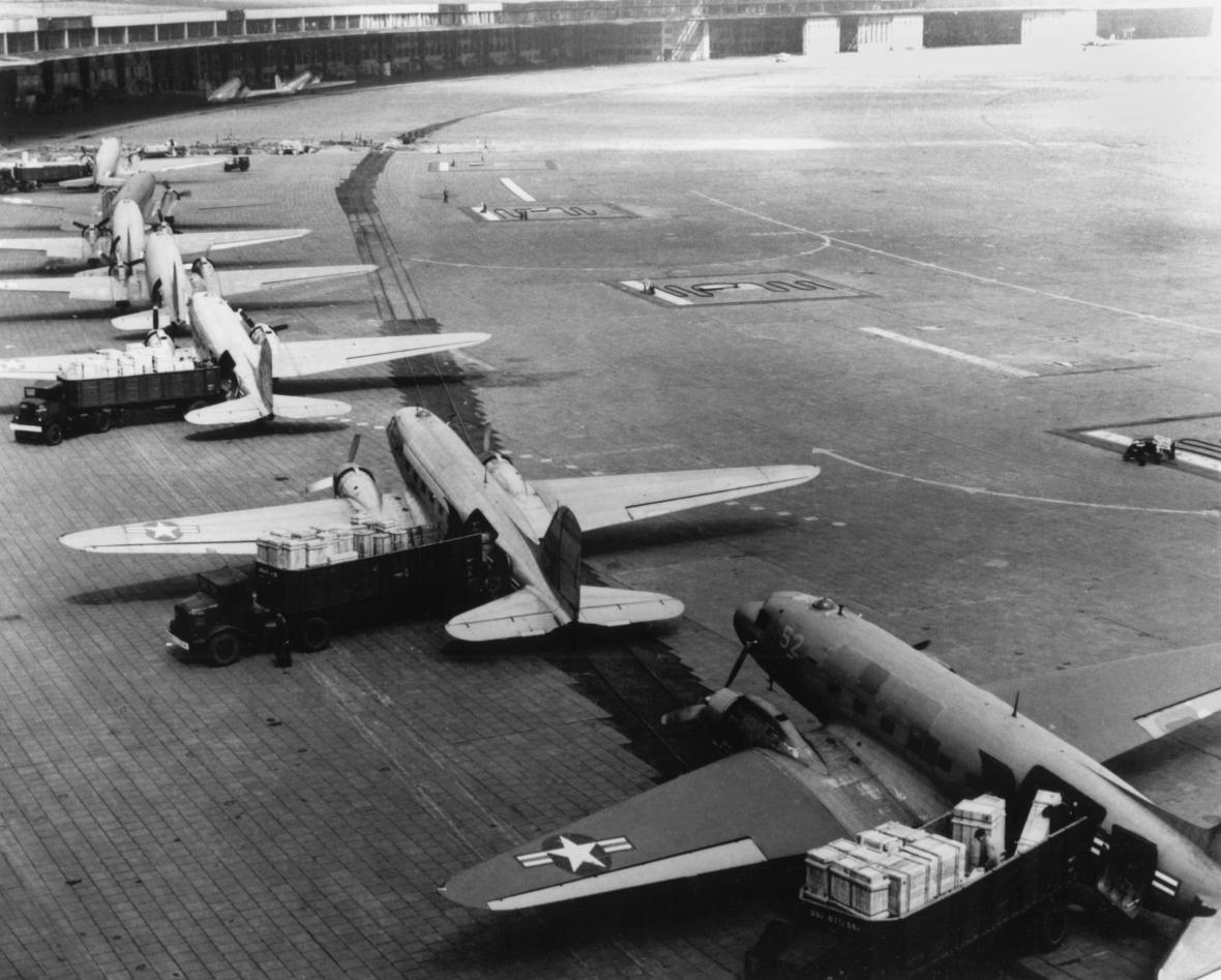 Letadla americké armády čekají na berlínském letišti Tempelhof na vykládku