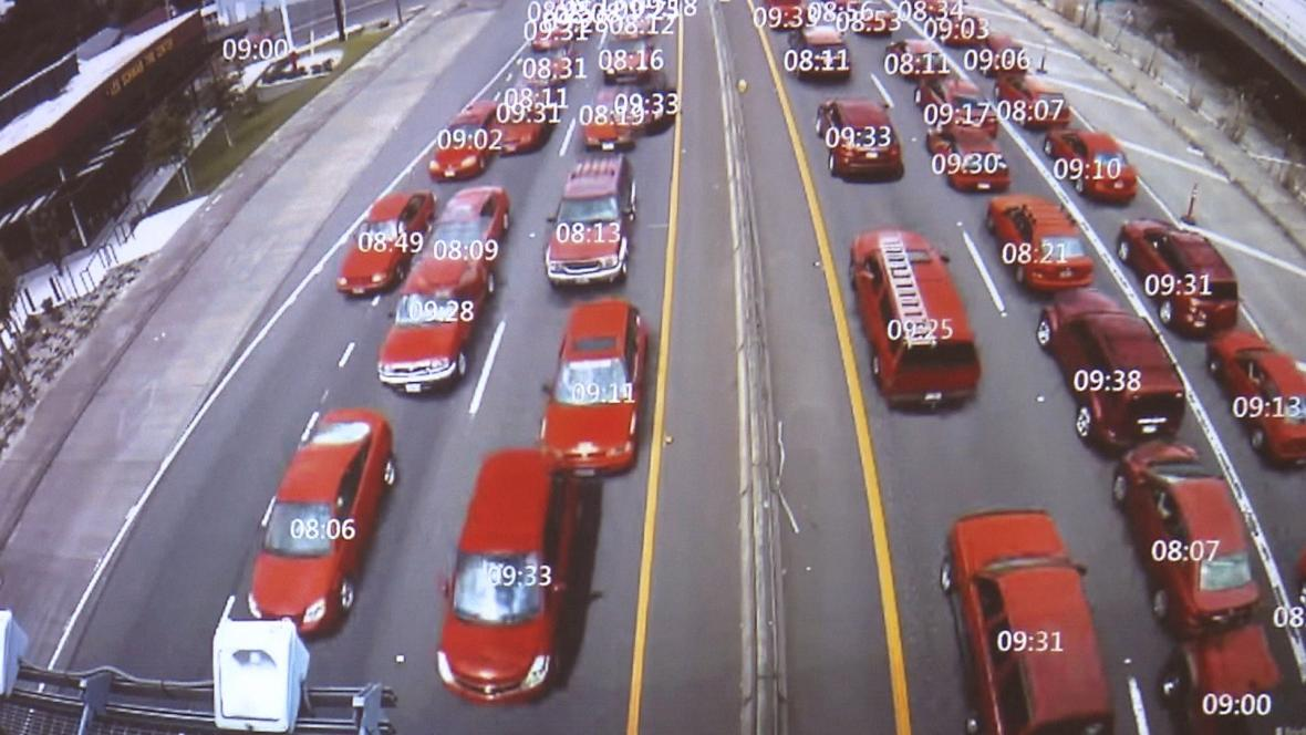 Systém prolne 24 hodin do jedné minuty. Najde například všechna červená auta, která projela za den po dálnici