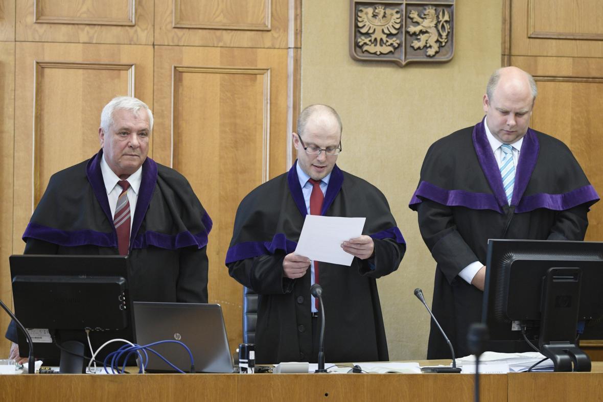 Soud znovu uznal Ratha a dalších deset obžalovaných vinnými. Uprostřed předseda trestního senátu Robert Pacovský