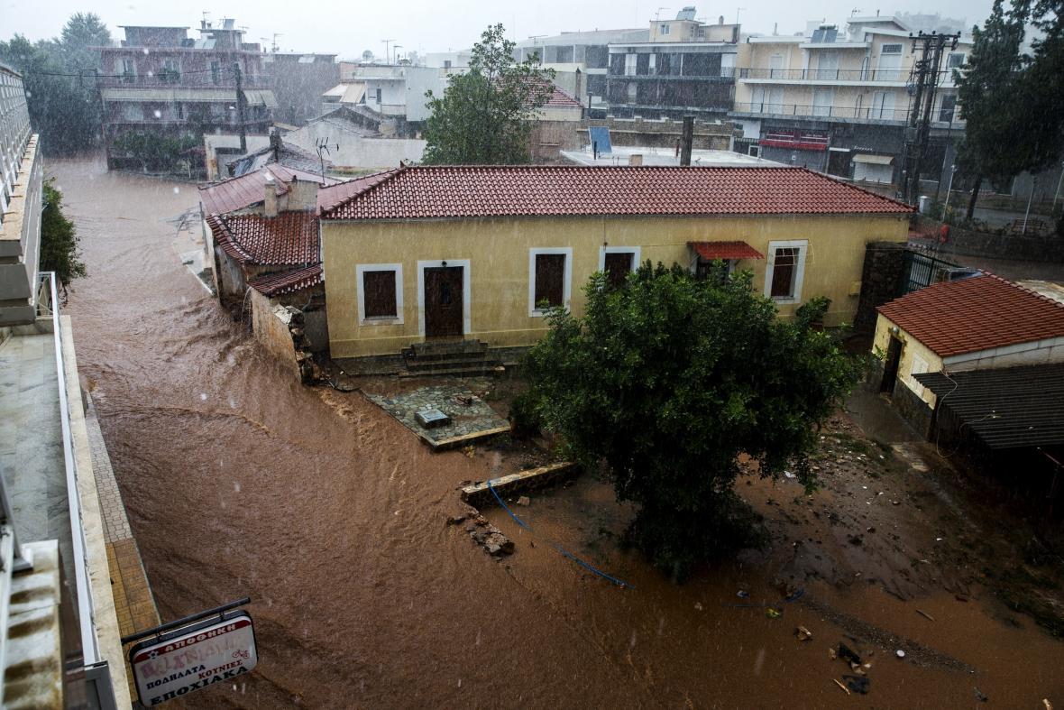 Záplavy v řeckém městě Mandra