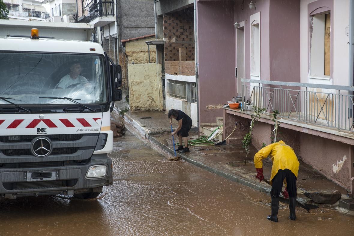 Úklid po povodních v řeckém městě Mandra