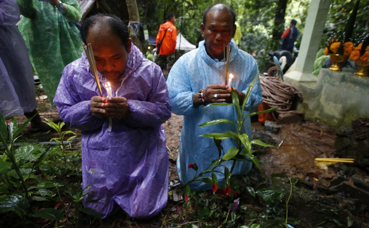 Příbuzní ztracených chlapců se modlí za jejich záchranu