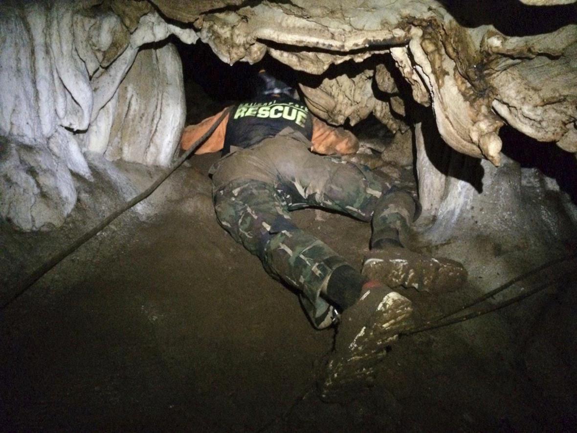 Záchranář chlapců z jeskyně v Thajsku