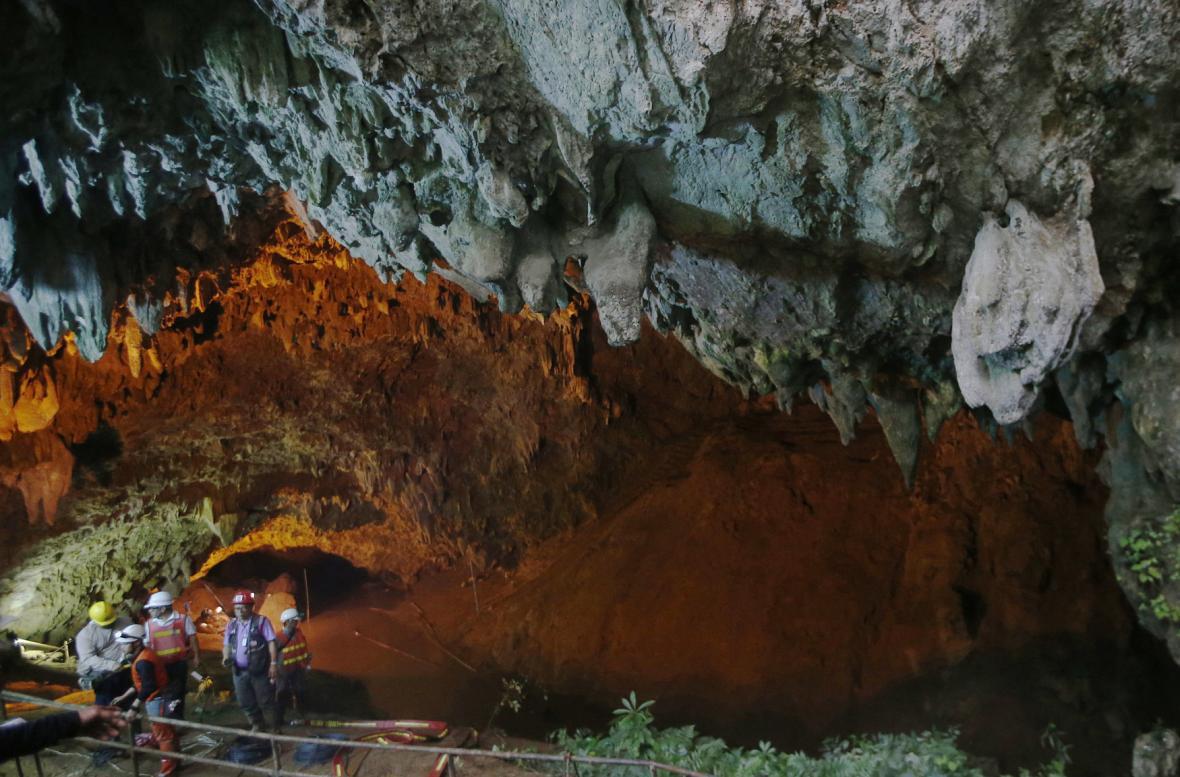 Záchrana chlapců z jeskyně v Thajsku