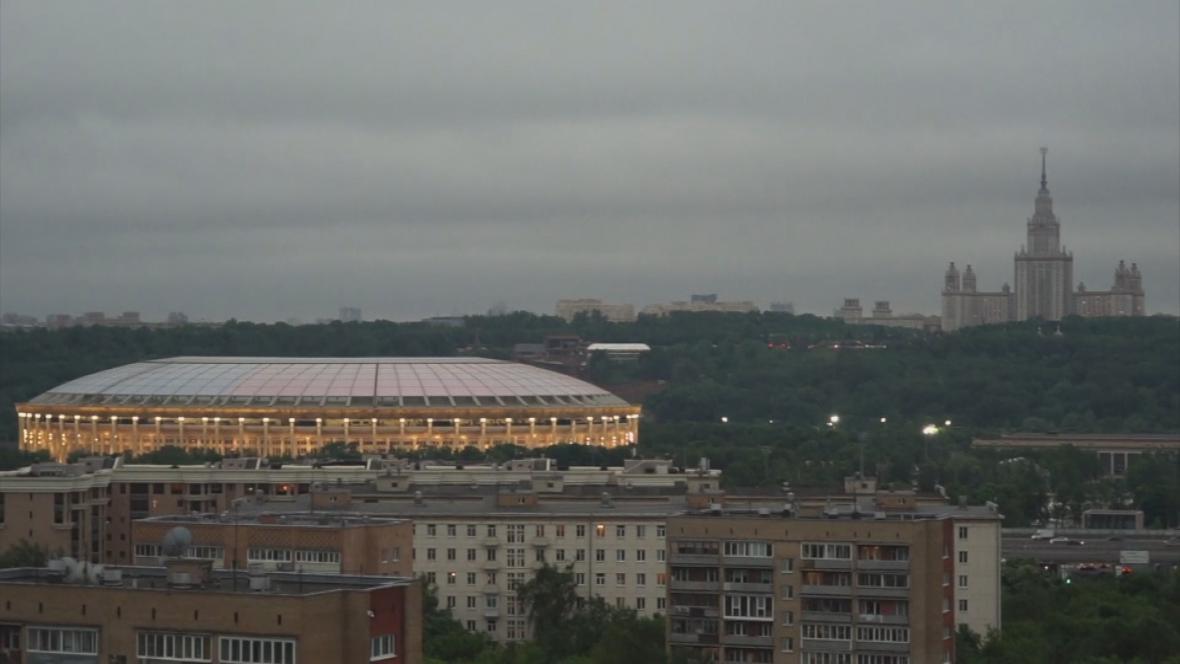 Moskevský fotbalový stadion a jeden ze Stalinových mrakodrapů