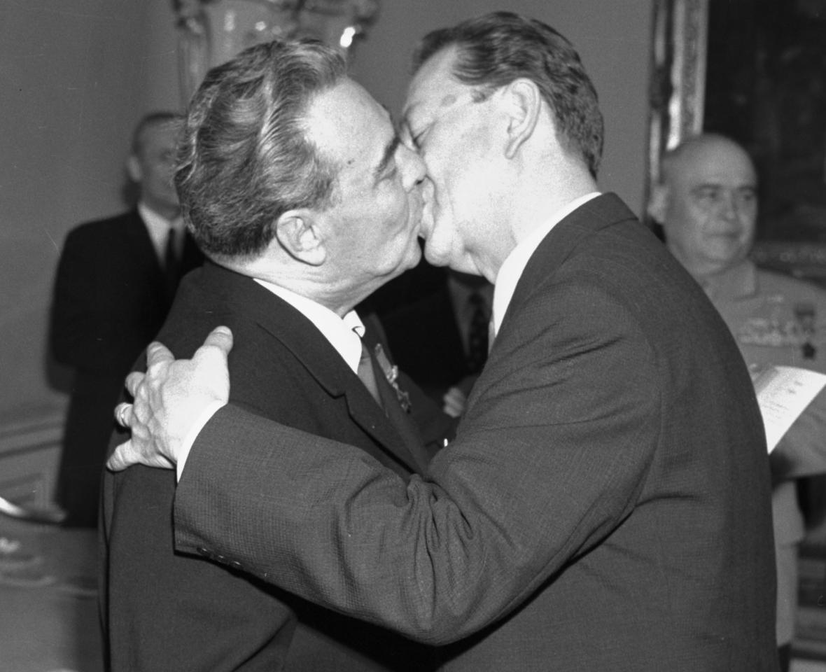 Leonid Brežněv (vlevo) a Alois Indra