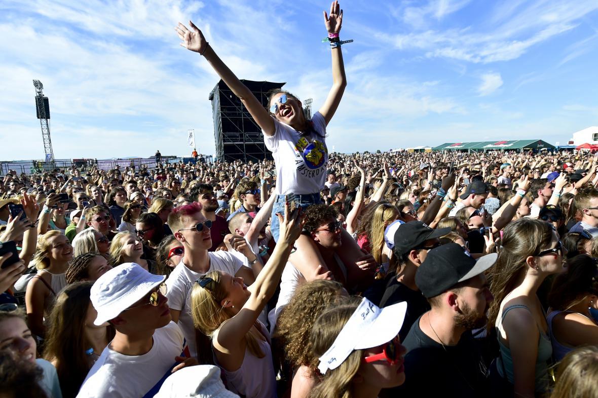 Fanoušci během druhého dne festivalu