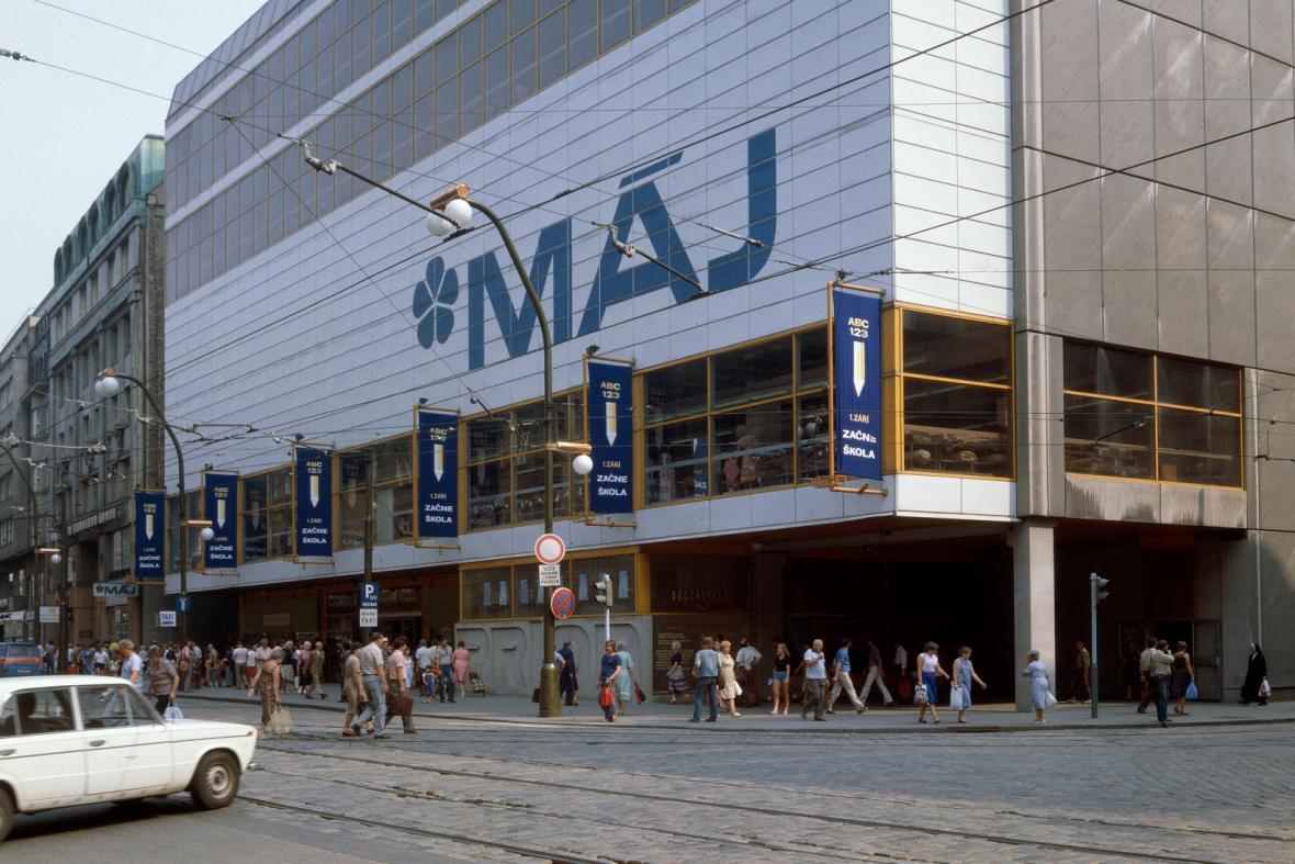 Obchodní dům Máj (architekti John Eisler, Miroslav Masák a Martin Rajniš)