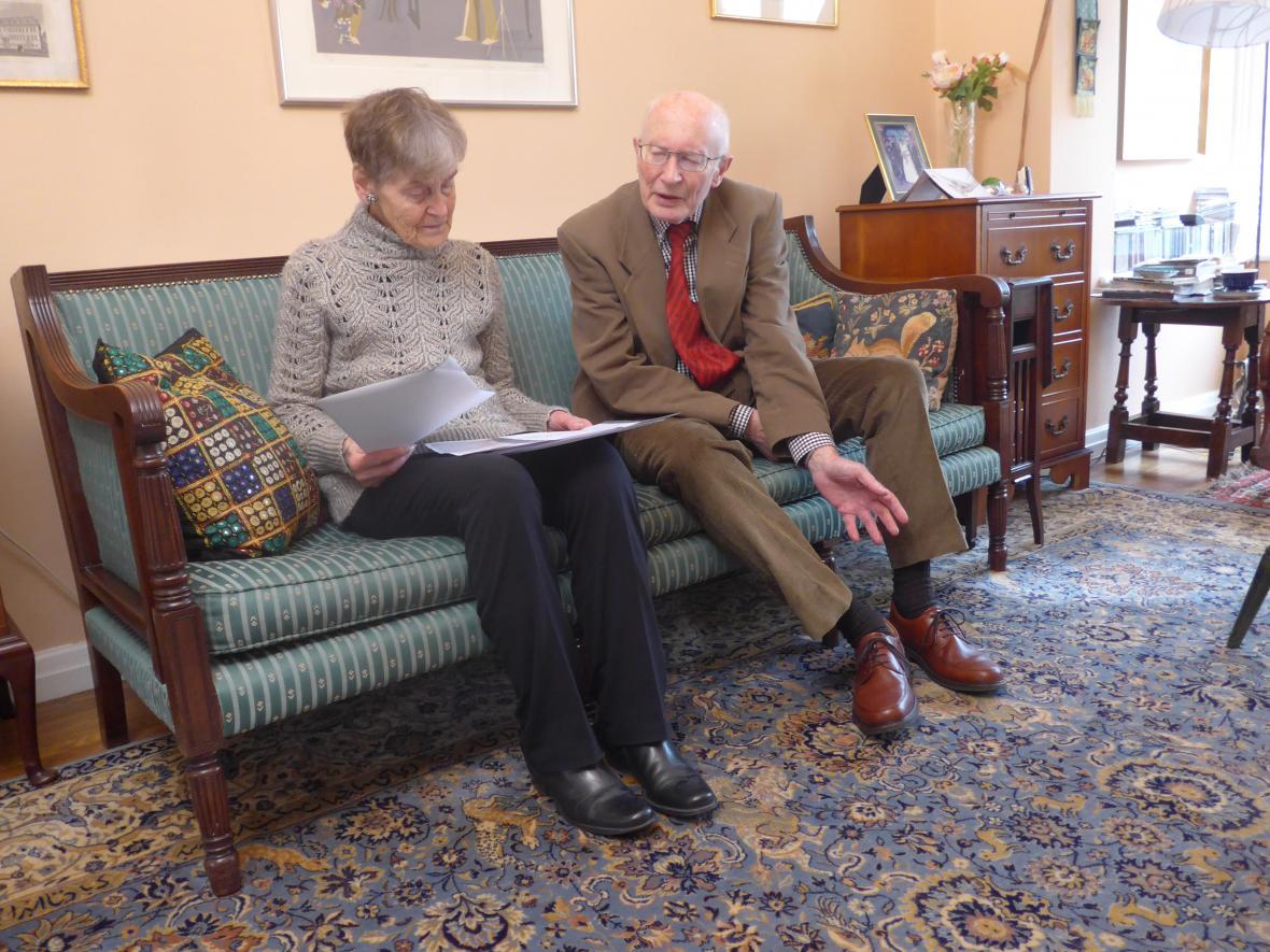 Bývalý diplomat Martin Nicholson se svou ženou