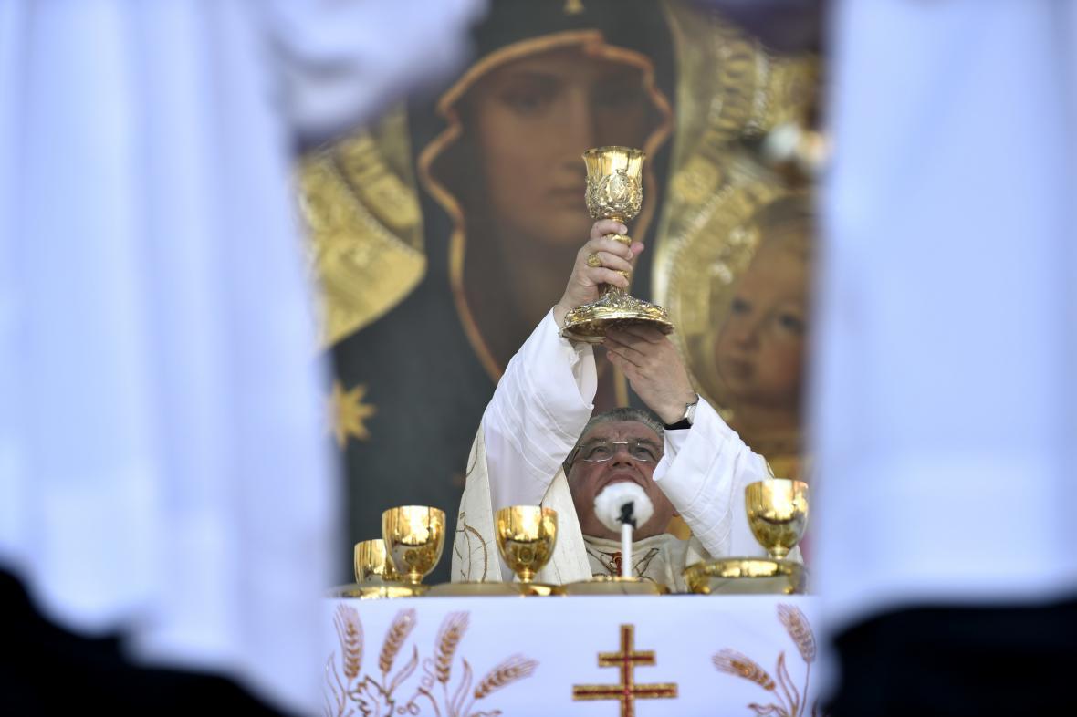 Kardinál Dominik Duka celebruje slavnostní bohoslužbu na Velehradě