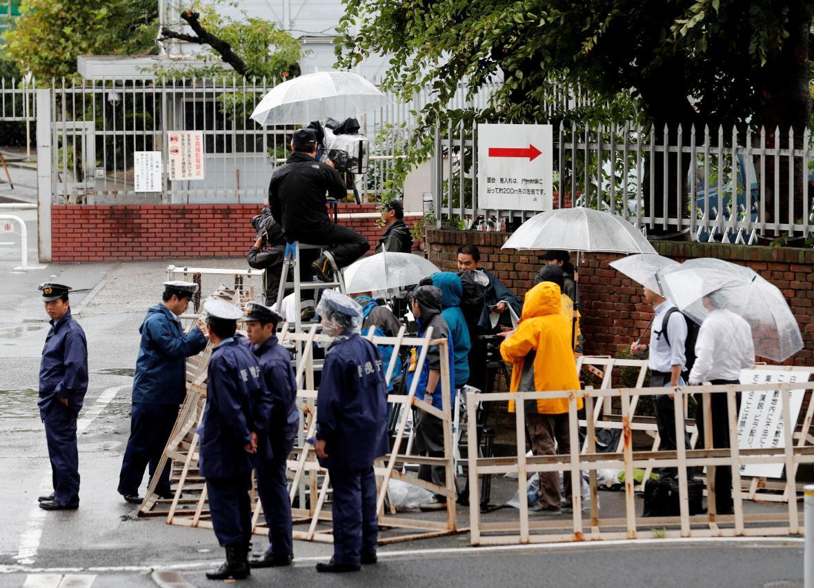 Novináři před věznicí, kde byl popraven guru Asahara