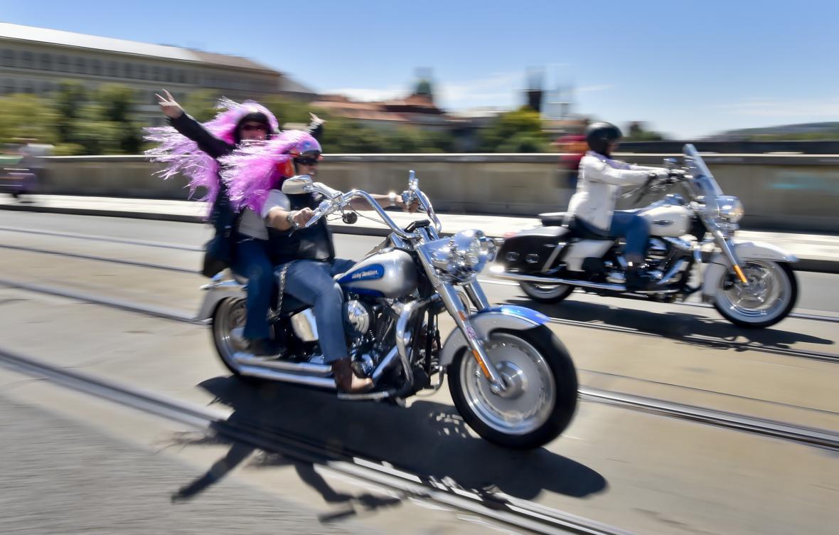 Spanilá jízda účastníků oslav 115. výročí Harley-Davidson projela přes Mánesův most